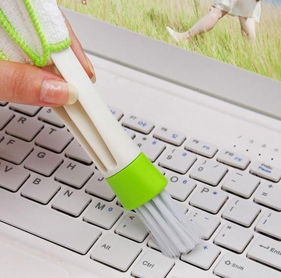С помощью кисточки удалите пыль и грязь с клавиатуры